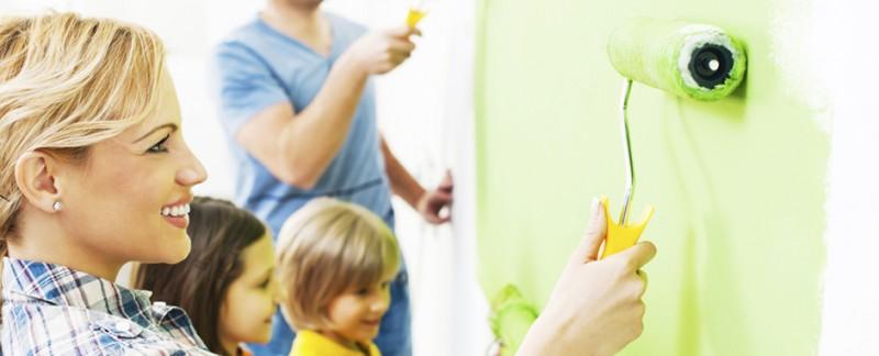 Famille heureuse qui peint la chambre de leurs fils financer par un prêt travaux